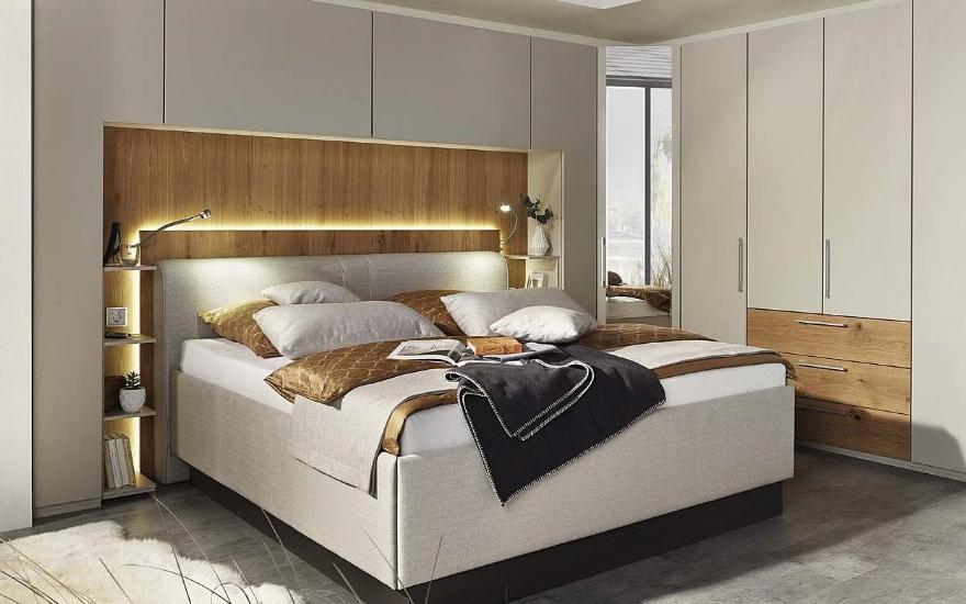 Duże hotelowe łóżko